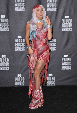 lady-gaga-vestito-carne-03_su_vertical_dyn